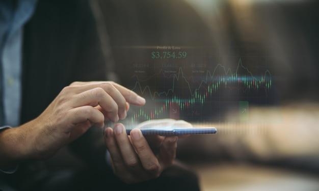 Бизнесмен анализирует финансовый отчет на смартфоне