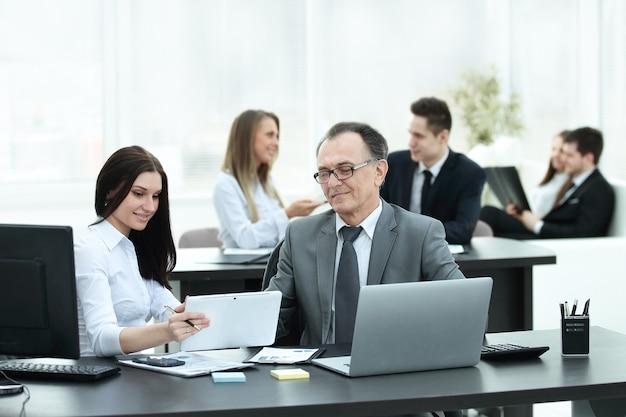 Бизнесмен анализирует графики инвестиций, бюджета и доходов на своем рабочем месте. рабочие дни офиса
