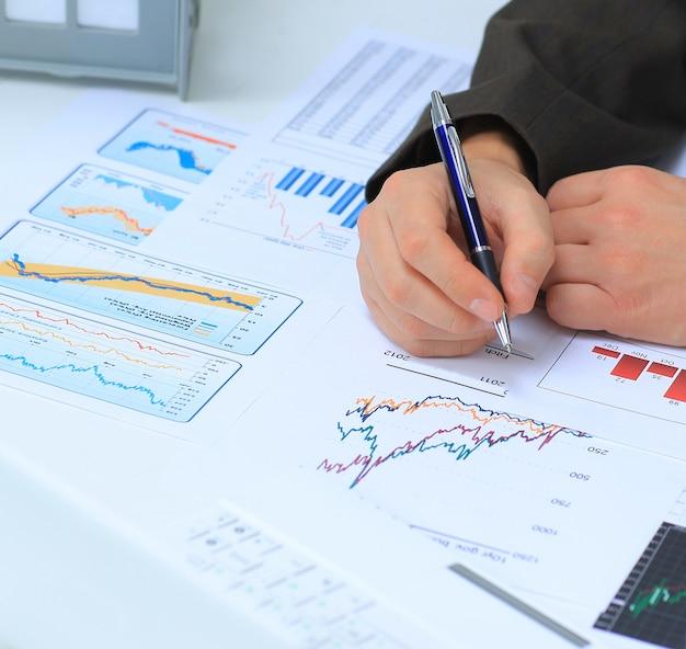 그의 직장에서 투자 차트를 분석하는 사업가
