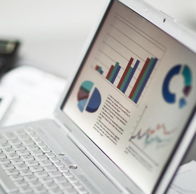 노트북으로 투자 차트를 분석하는 사업. 회계
