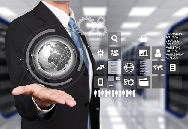 Бизнесмен и символ аналитики на фоне