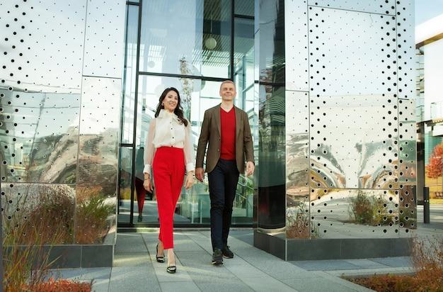 사업가 및 아시아 비즈니스 여성 사무실 전체 길이 자신감 성공적인 커플 근처 산책