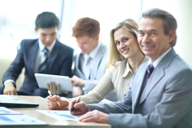 사무실에서 직장에서 사업가 및 조수.