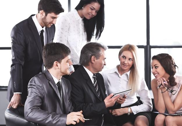 디지털 태블릿을 사용하는 사업가 및 비즈니스 팀
