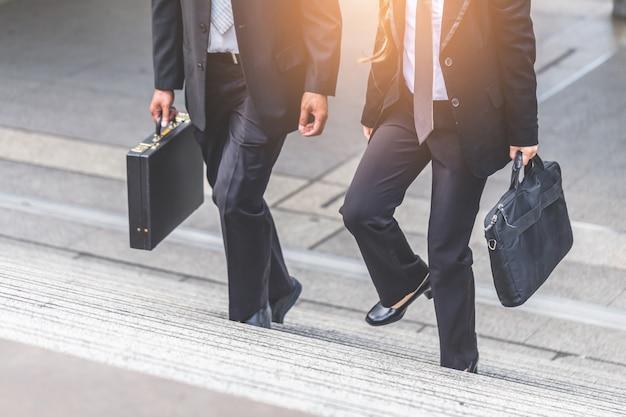 ビジネスマンとビジネスマン、ラッシュアワーで階段を上って仕事をする。