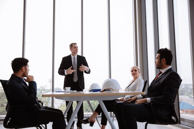 회의실에서 사업가 및 비즈니스 여성 브레인 스토밍