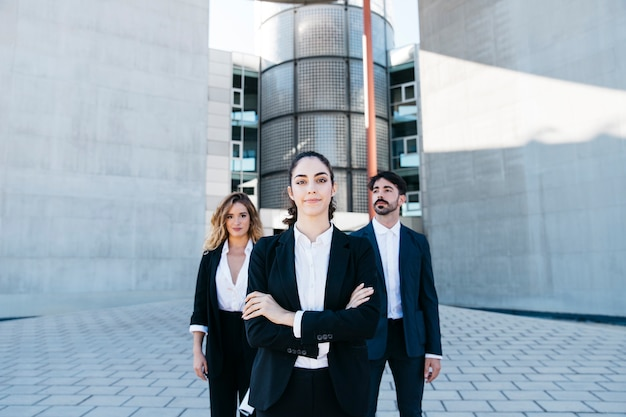건물 앞에서 사업가 및 비즈니스 여성