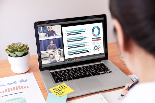 Финансовая диаграмма анализа бизнесмена и коммерсантки с онлайн-встречей видеоконференции.