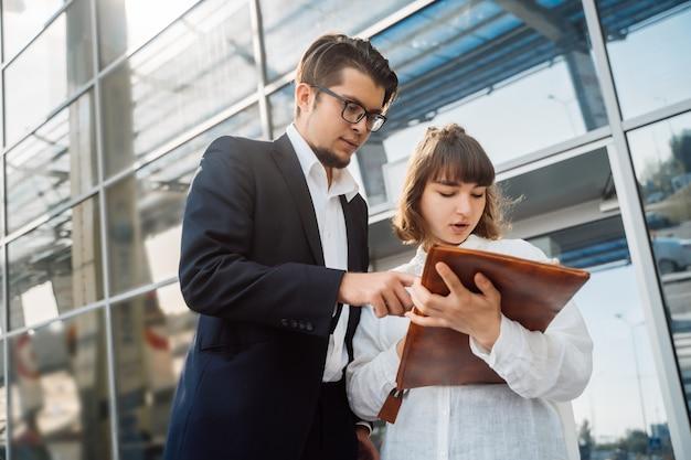 ビジネスマンやビジネスウーマンは重要な書類を見てください