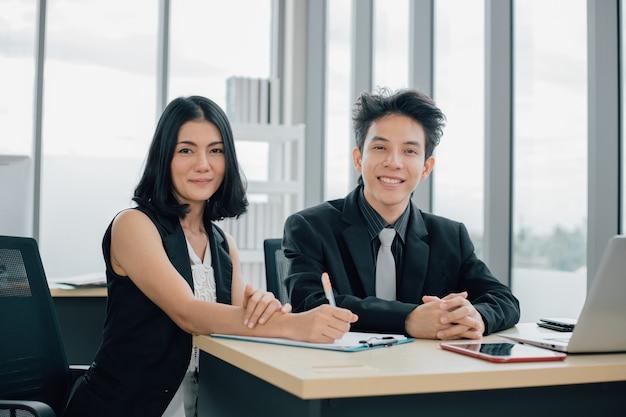Бизнесмен и предприниматель, встреча, обсуждение и совместная работа в офисе.
