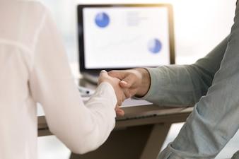 ビジネスマンやビジネスウーマンのprofitaを作った後に握手