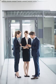 Бизнесмен и коллега обсуждают над цифровым планшетом