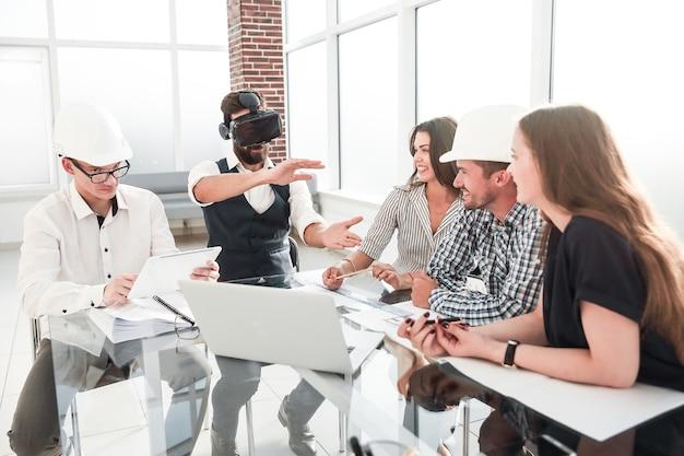 Бизнесмен и команда дизайнеров обсуждают идеи для нового проекта. люди и технологии