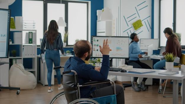 スタートアップのための金融プロジェクトで一緒に働くビジネスマンと従業員