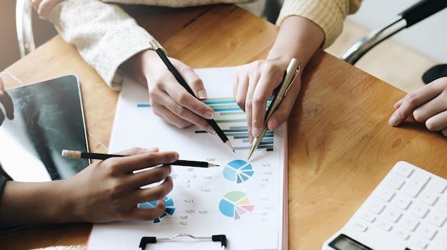 Бизнесмен и партнер рука с помощью цифрового планшета и презентации бизнес-стратегии x