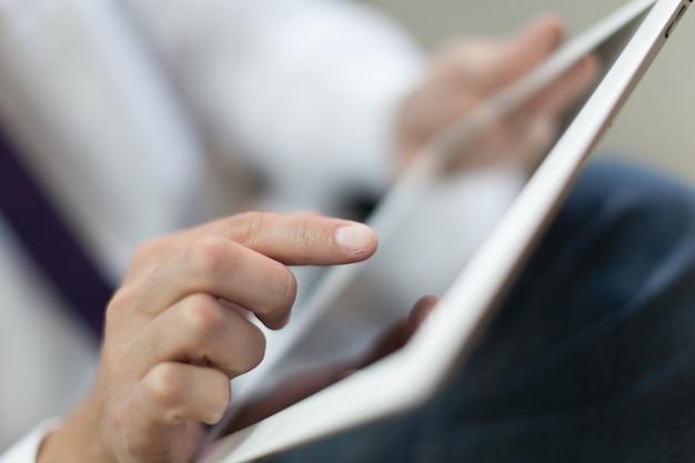 사업가 및 배경에 태블릿 pc
