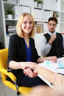 ビジネスマンと女性はこんにちはとして握手