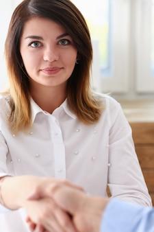 実業家とこんにちは握手する女性