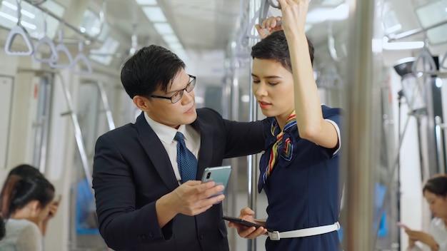 Бизнесмен и женщина разговаривают в общественном поезде