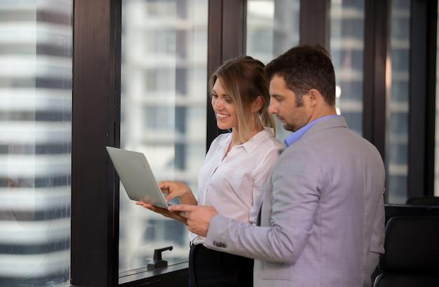 ビジネスマンやプロジェクト作業について議論する書類やタブレットを屋外で見ている女性