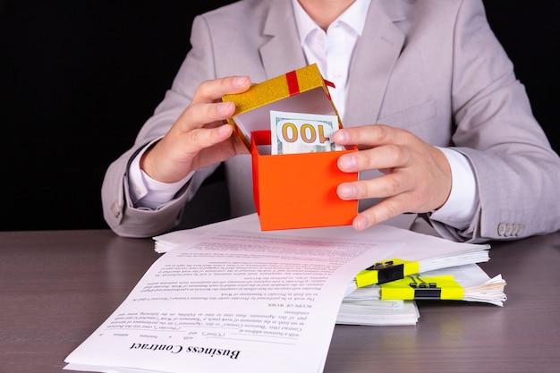 配当金の支払いを発表するビジネスマン