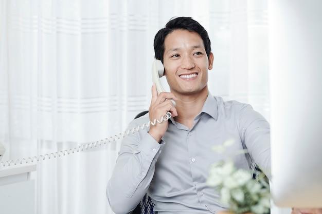 Бизнесмен, отвечая на телефонный звонок