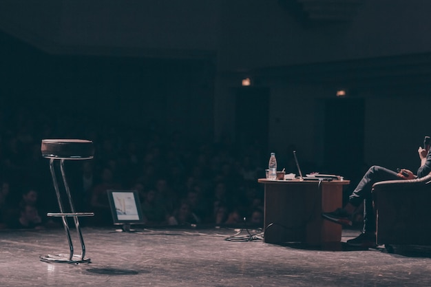 Бизнесмен, отвечая на вопросы во время бизнес-конференции. бизнес и образование