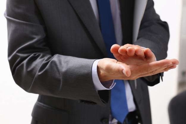 Бизнесмен аплодирует на семинаре лектору