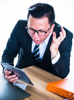 ビジネスマンは働くように圧力をかけられ、失敗します