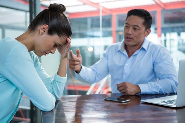 Бизнесмен спорит с коллегой