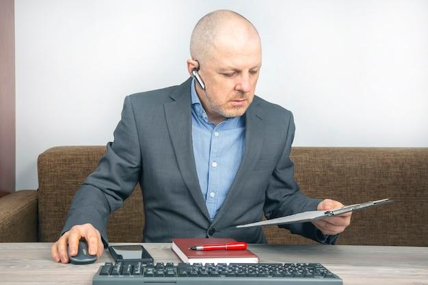 홈 오피스 문서 작업에서 사업가입니다. 코로나 바이러스 전염병 중 격리