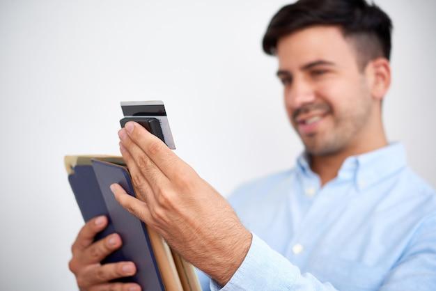 Бизнесмен, прикрепляющий кард-ридер к планшету