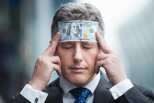 Uomo d'affari banconota tenendo mostra biglietto