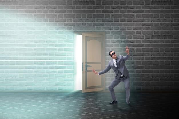 Бизнесмен с завязанными глазами в пустой комнате