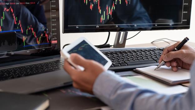 Бизнесмен-брокер, анализ графиков финансовых данных и отчетов