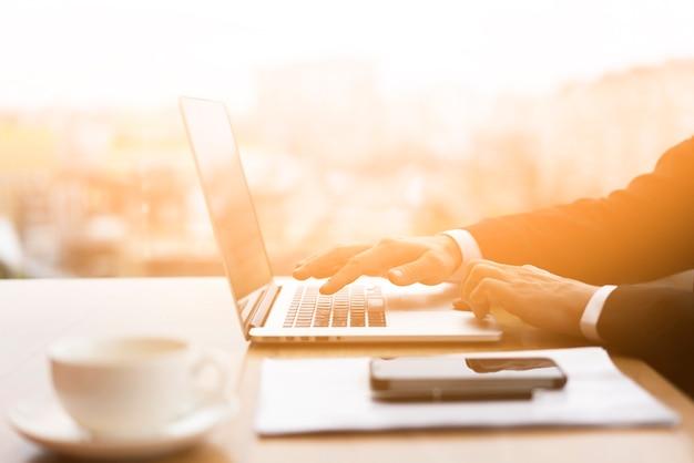 Бизнесмен просматривает свой ноутбук в офисе