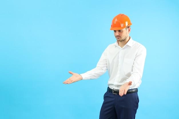 青い背景に誤解の実業家ビルダー。