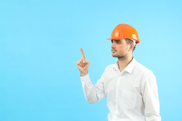 Строитель бизнесмена с идеей на синем фоне, место для текста.