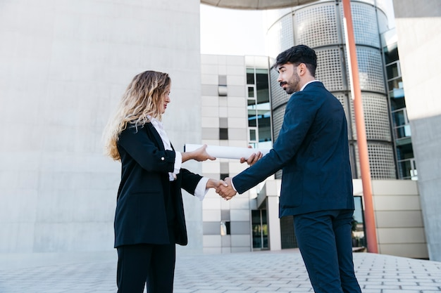 Uomo d'affari e imprenditrice stringendo la mano