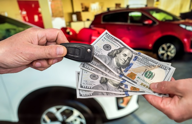 사업가 새 차를 구입합니다. 금융 개념