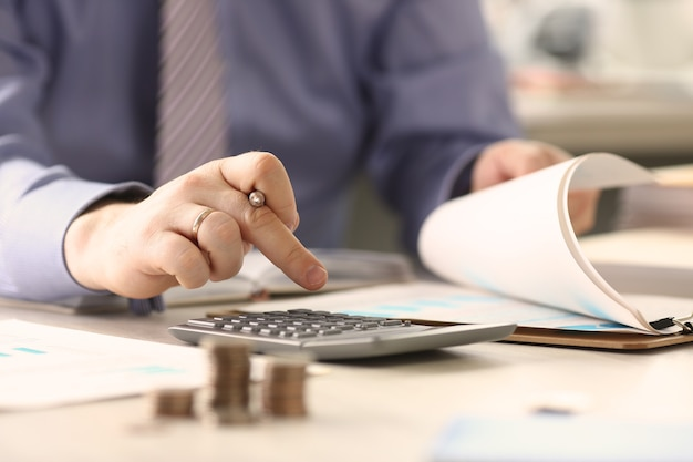 Бизнесмен расчета налогов