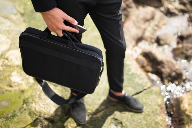 Бизнесмен, проведение портфель и телефон
