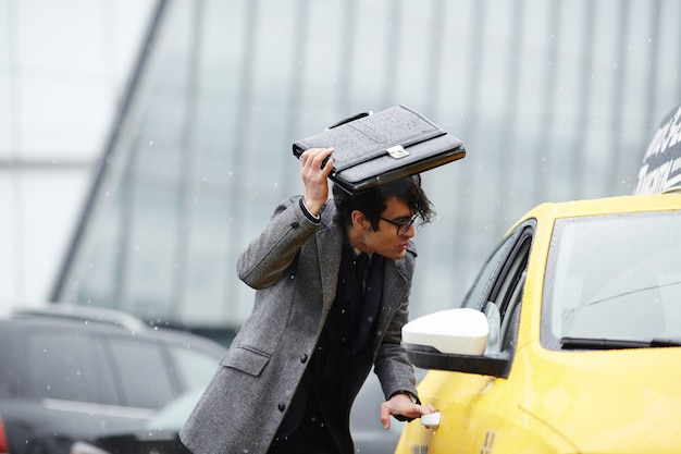 Бизнесмен ловит такси в шторм
