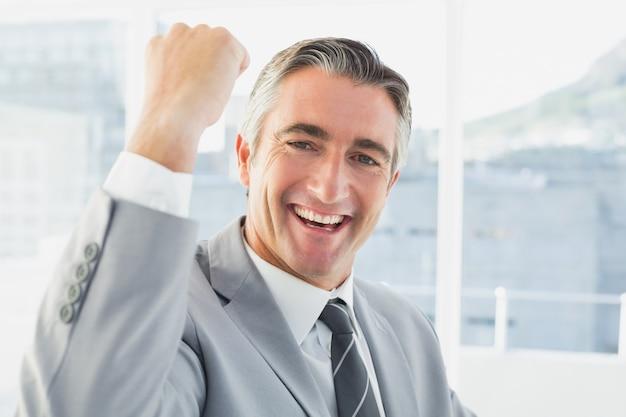 Бизнесмен отмечает хорошую работу