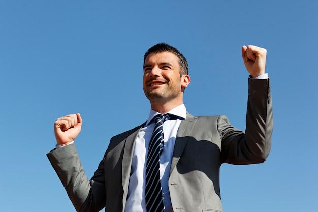 成功を祝うビジネスマン