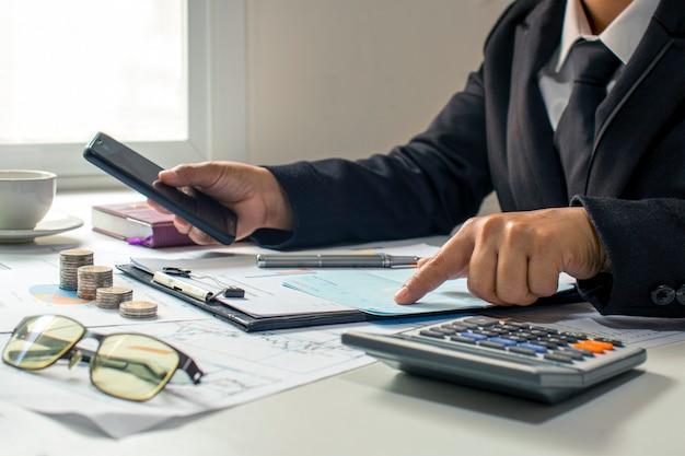 ビジネスマン当座預金口座と事業収入、財務管理と資金調達の概念。