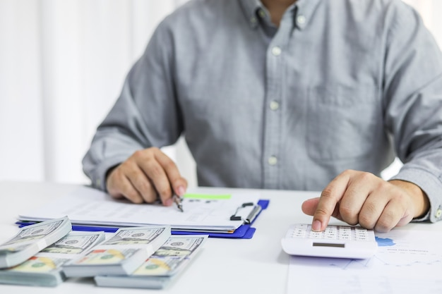 Бизнесмен проверки счетов. налоги с баланса банковского счета и расчет годовой финансовой отчетности компании. концепция бухгалтерского аудита.