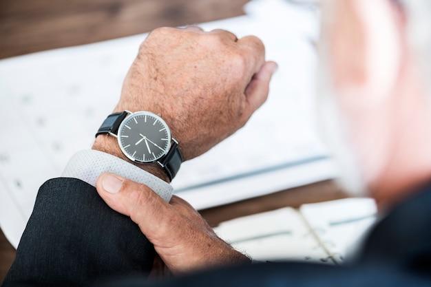 Бизнесмен проверки времени на ручную часы