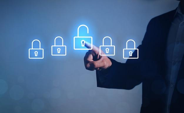 ビジネスマンの選択が仮想画面でロック解除、サイバー攻撃のテクノロジー。ビジネスのロックを解除の概念。