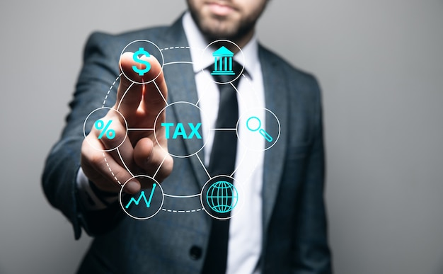 ビジネスマンは税のアイコンをクリックします